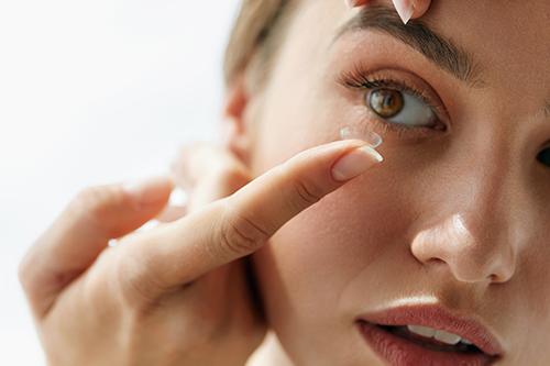 425b980b747a Hvordan sætter jeg mine kontaktlinser i
